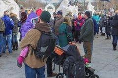 Folkmassa på Winterfesten 2017 på sjöGenève Wisconsin Arkivfoton