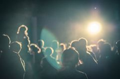 folkmassa på en konsert i ett tillfogat lynnigt ljust oväsen Fotografering för Bildbyråer
