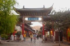 Folkmassa som går i Lijiang Dayan den gamla staden. Royaltyfri Fotografi
