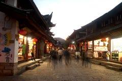Folkmassa som går i Lijiang Dayan den gamla staden. Arkivbilder