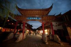 Folkmassa som går i Lijiang Dayan den gamla staden. Fotografering för Bildbyråer