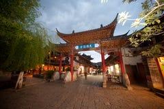 Folkmassa som går i Lijiang Dayan den gamla staden. Royaltyfri Bild