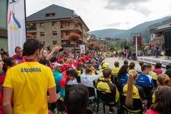 Folkmassa som håller ögonen på öppningscermonin för mästerskap för världsberg den körande arkivfoton
