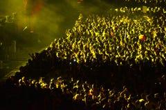Folkmassa som har gyckel i en stadion Royaltyfria Foton