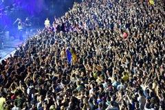 Folkmassa som har gyckel i en stadion Royaltyfri Foto