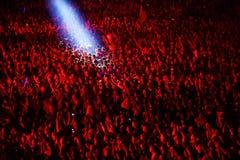 Folkmassa som har gyckel i en stadion Royaltyfri Fotografi