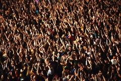 Folkmassa som har gyckel i en stadion Fotografering för Bildbyråer