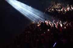 Folkmassa som har gyckel i en stadion Royaltyfria Bilder