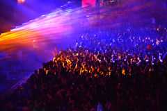 Folkmassa som har gyckel i en stadion Arkivfoto