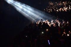 Folkmassa som har gyckel i en stadion Arkivfoton