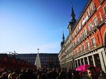 Folkmassa som omger den vita julgranen i Plazaborgmästaren, huvudsaklig fyrkant, Madrid, Spanien arkivbild