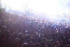 Folkmassa som tycker om konsert Arkivfoto