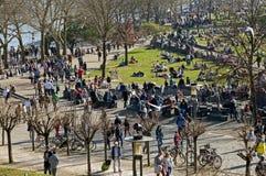 Folkmassa som tycker om soligt väder på Rhenpromenad Royaltyfri Fotografi