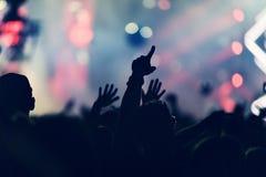 Folkmassa som vaggar under en konsert med lyftta armar Royaltyfri Foto