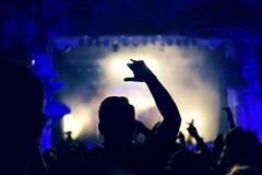 Folkmassa som vaggar under en konsert med lyftta armar Royaltyfri Fotografi