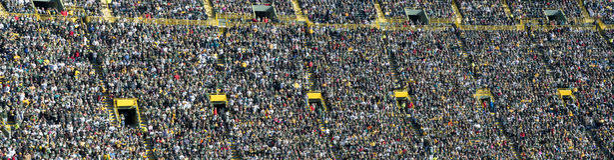 Folkmassa, ventilatorer och folk i sportstadionen, baner Royaltyfria Bilder
