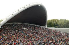 folkmassafestivalen jordniner song arkivfoto