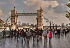 FolkmassaflodThemsen och tornbro London Arkivbilder