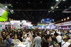 Folkmassafolk i Thailand mobil expohändelse Arkivbild