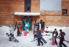 Folkmassafolk på ett snöig berg Arkivbilder