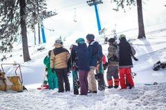 Folkmassafolk på ett snöig berg Royaltyfria Bilder