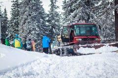 Folkmassafolk på ett snöig berg Arkivfoton