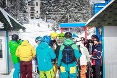 Folkmassafolk på ett snöig berg Royaltyfria Foton