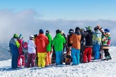 Folkmassafolk på ett snöig berg Fotografering för Bildbyråer
