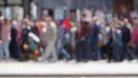 Folkmassafolk som går ner gatan Amerika med baner som försvarar deras rätter lager videofilmer