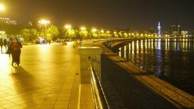 Folkmassafolket i natten promenerar invallningen av stadsgatan Tid schackningsperiod lager videofilmer