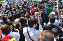 Folkmassagather som saluterar konungen Mihai mig av Rumänien Royaltyfri Bild