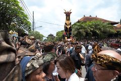 Folkmassahopsamling framme av sarkofagtjuren som väntar på början av den Ubud kungafamiljenkremeringen - 2nd mars 2018 arkivfoto