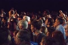 Folkmassahopsamlingar som ser presidentkandidater Royaltyfria Bilder