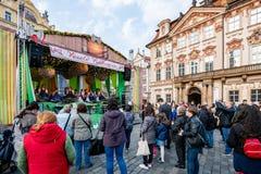 Folkmassaklockaskolbarn att utföra på etapp under berömmar för Pragues påskmarknad i den gamla stadfyrkanten fotografering för bildbyråer