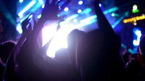 Folkmassakonserten silhouetted händer stock video