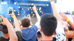 Folkmassakonserten silhouetted händer arkivfilmer