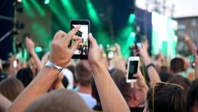 Folkmassakonserten silhouetted händer lager videofilmer