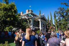 Folkmassaline up för Disneyland det allhelgonaafton spökade huset royaltyfri foto