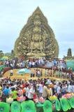 Folkmassan av buddister erbjuder rökelse till Buddha med tusen händer, och tusen ögon i Suoien Tien parkerar i Saigon Royaltyfri Fotografi