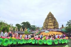 Folkmassan av buddister erbjuder rökelse till Buddha med tusen händer, och tusen ögon i Suoien Tien parkerar i Saigon Royaltyfria Bilder