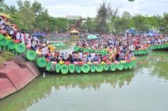 Folkmassan av buddister erbjuder rökelse till Buddha med tusen händer, och tusen ögon i Suoien Tien parkerar i Saigon Royaltyfria Foton