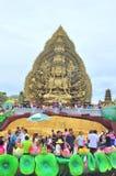 Folkmassan av buddister erbjuder rökelse till Buddha med tusen händer, och tusen ögon i Suoien Tien parkerar i Saigon Arkivbild