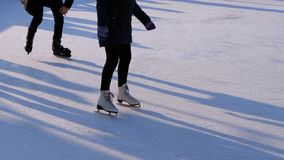 Folkmassan av folk åker skridskor på isisbana i Sunny Day långsam rörelse stock video
