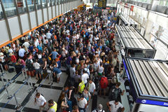 Folkmassan av folk i den kluvna flygplatsen köar Fotografering för Bildbyråer