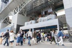Folkmassan av folk på den huvudsakliga ingången till Kyoto posterar byggnad, den viktiga järnvägsstationen och trans.navet i Kyot royaltyfri foto
