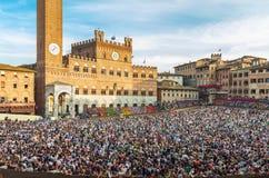 Folkmassan av folk på Piazza del Campo kvadrerar i Siena Royaltyfri Foto