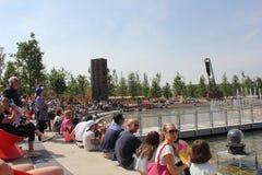 Folkmassan av folk på piazza Italia kvadrerar på expon Royaltyfri Fotografi