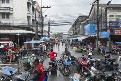 Folkmassan av folk shoppar på denmat marknaden Fotografering för Bildbyråer