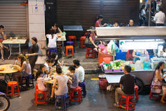Folkmassan av folk som äter middag på gatamaten, stannar, Penang Arkivfoton