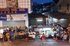 Folkmassan av folk som äter middag på gatamaten, stannar, Penang Arkivbilder